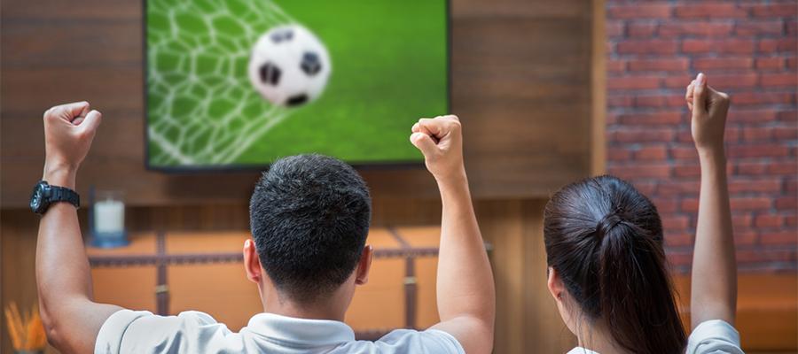 テレビでスポーツ観戦を楽しむ画像